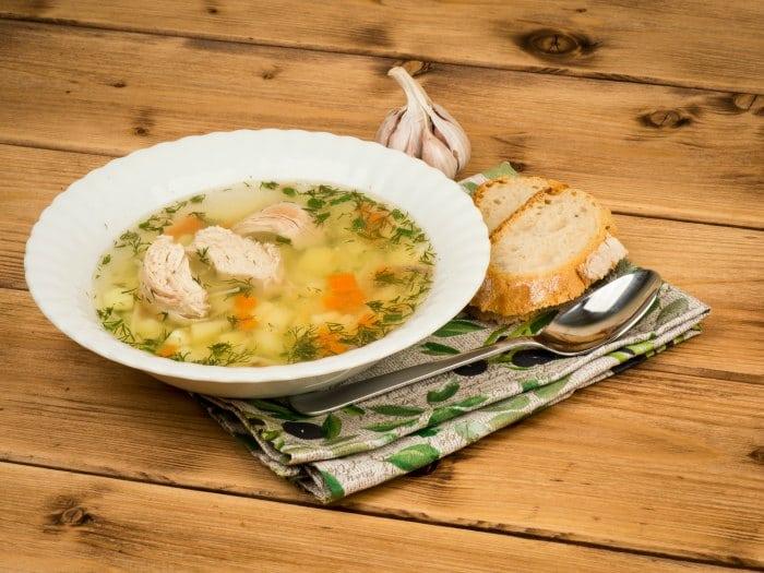 comer cuando estás resfriado sopa de pollo