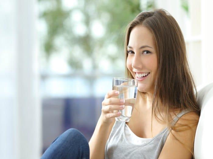 Trata de beber 8-10 vasos de agua cada día