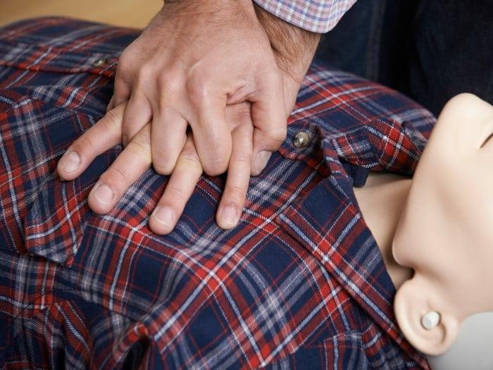Cómo se hace una reanimación cardiopulmonar