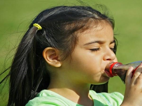 Las bebidas azucaradas podrían adelantar la edad de la primera menstruación