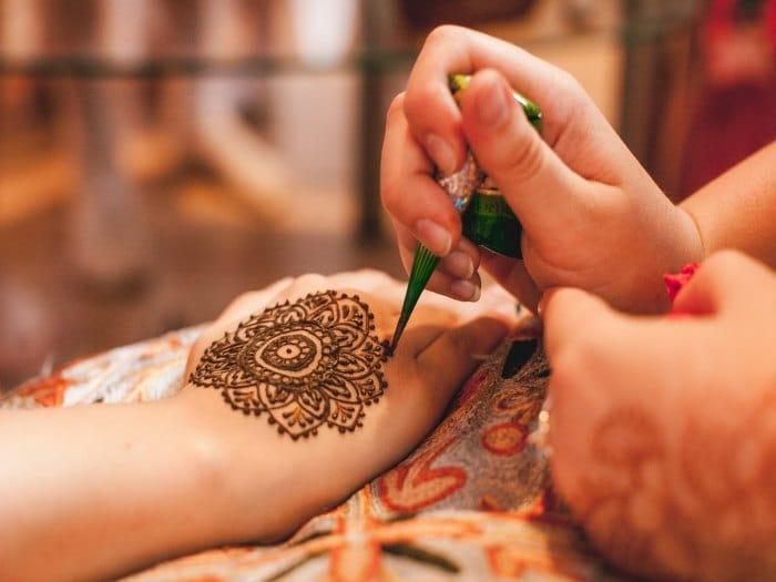 Los tatuajes de henna pueden provocar reacciones alérgicas graves