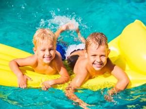 Piscina y niños, evita riesgos para su salud