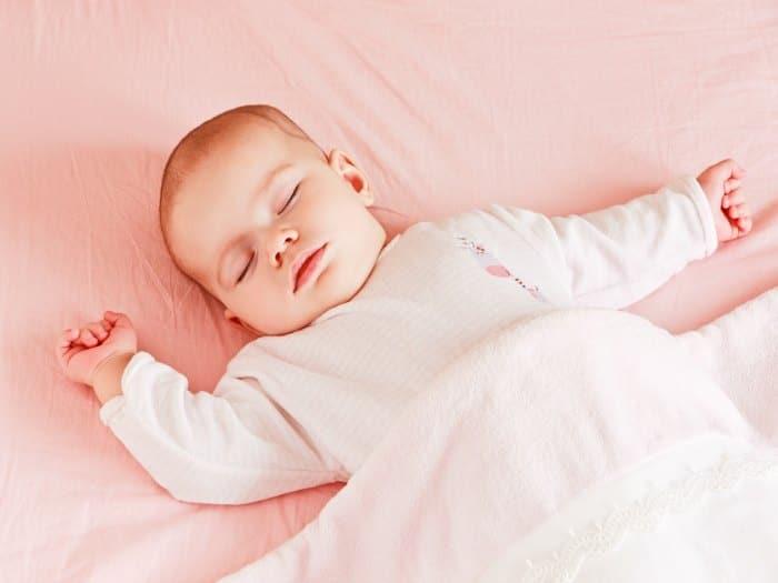 Cu l es la mejor posici n para que un beb duerma salud y ni os - Que colchon es mejor para un bebe ...