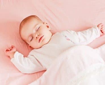 Cuál es la mejor posición para que un bebé duerma