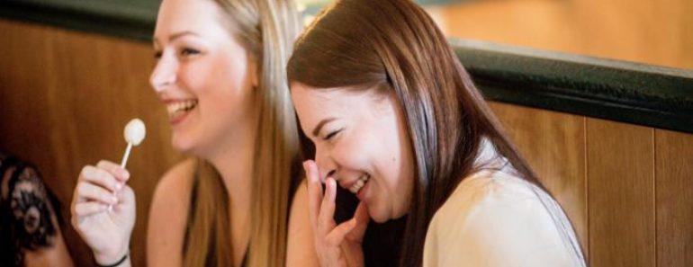 ¿Es peligroso inhalar gas de la risa?