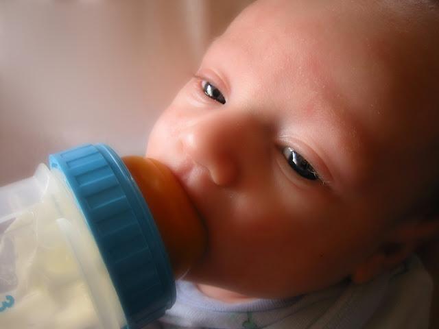 La leche de fórmula puede complementar la lactancia materna.