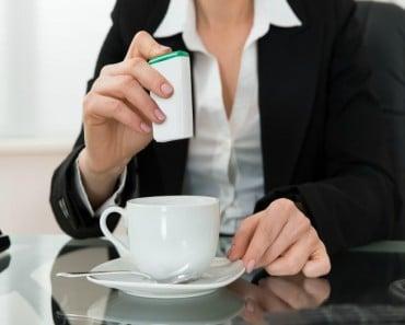 Porqué no deberías ponerte sacarina en el café después de una comilona
