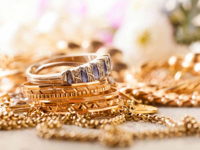 Sonar con anillo de oro y piedra morada