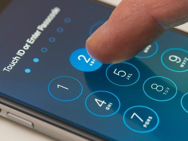 Usuario introduciendo contraseña en el móvil