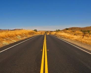 Una carretera que brilla en la oscuridad