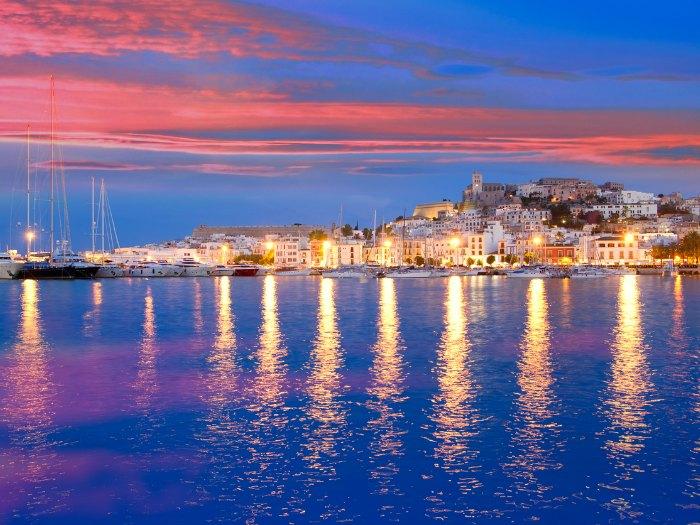 Vista de Ibiza por la noche