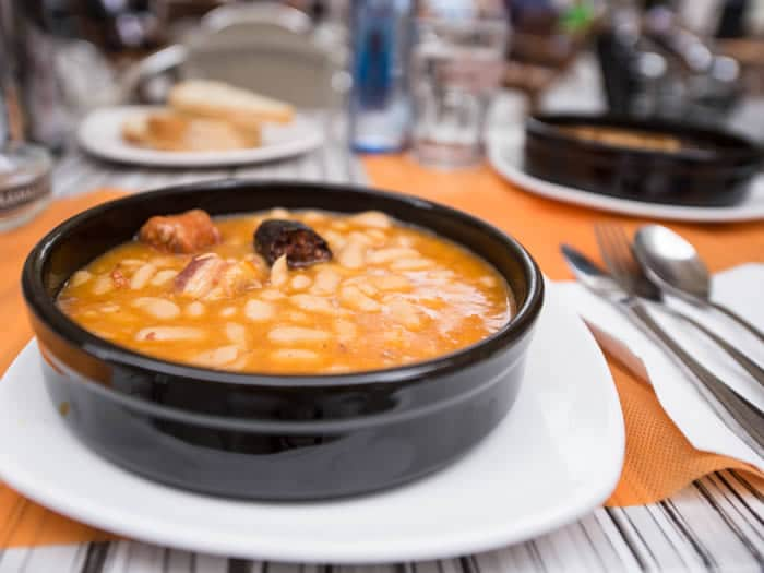 Plato de fabada asturiana