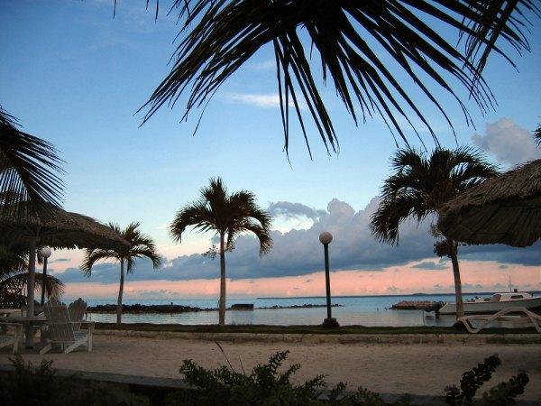 Playa con palmeras en Corozal, Belice