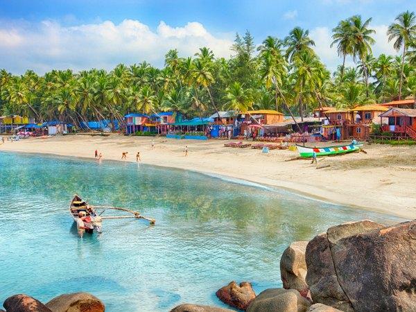 Poblado en playa con palmeras en Goa, India