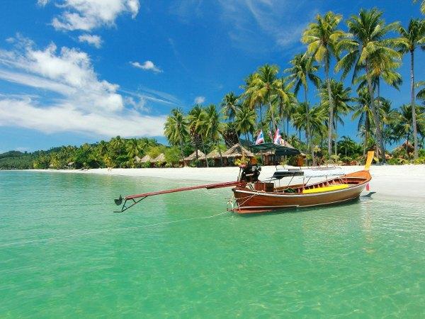 Barca en la playa en Koh Samui, Tailandia