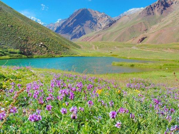 Lago entre montañas en Mendoza, Argentina