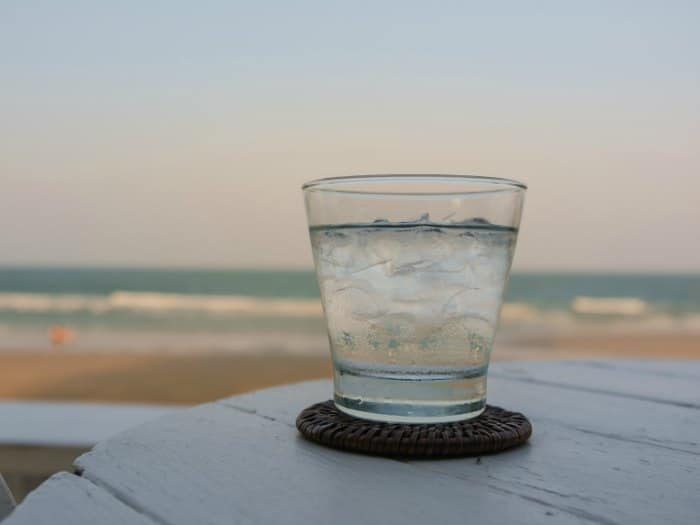 Vaso de agua con hielo en Panamá
