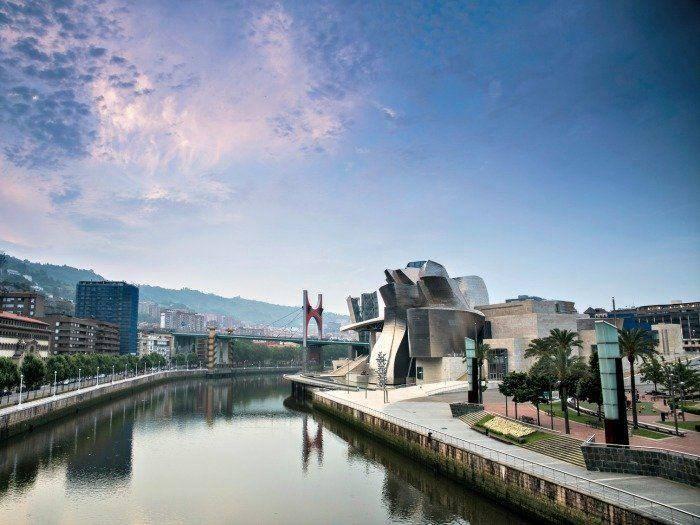 Museo Guggenheim. junto a la ría de Bilbao, País Vasco