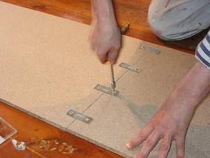 una vez abiertos todos los agujeros en nuestro caso 8 agujeros dos por pieza atornillamos las placas es fundamental elegir unos tornillos de un tamao